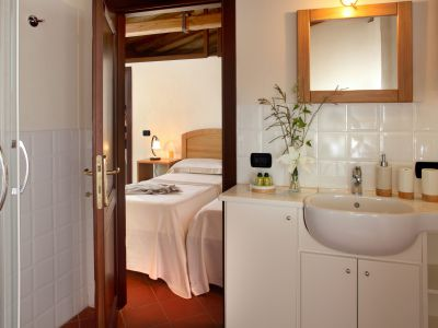 relais-villa-poggio-chiaro-pescia-romana-camera-matrimoniale-mansardata-bagno