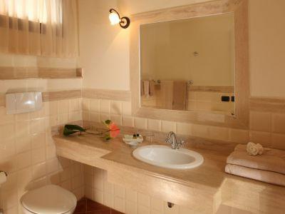 relais-villa-poggio-chiaro-pescia-romana-double-room-bathroom-2