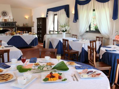 relais-villa-poggio-chiaro-pescia-romana-breakfast-room