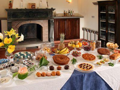 relais-villa-poggio-chiaro-pescia-romana-breakfast-room-2