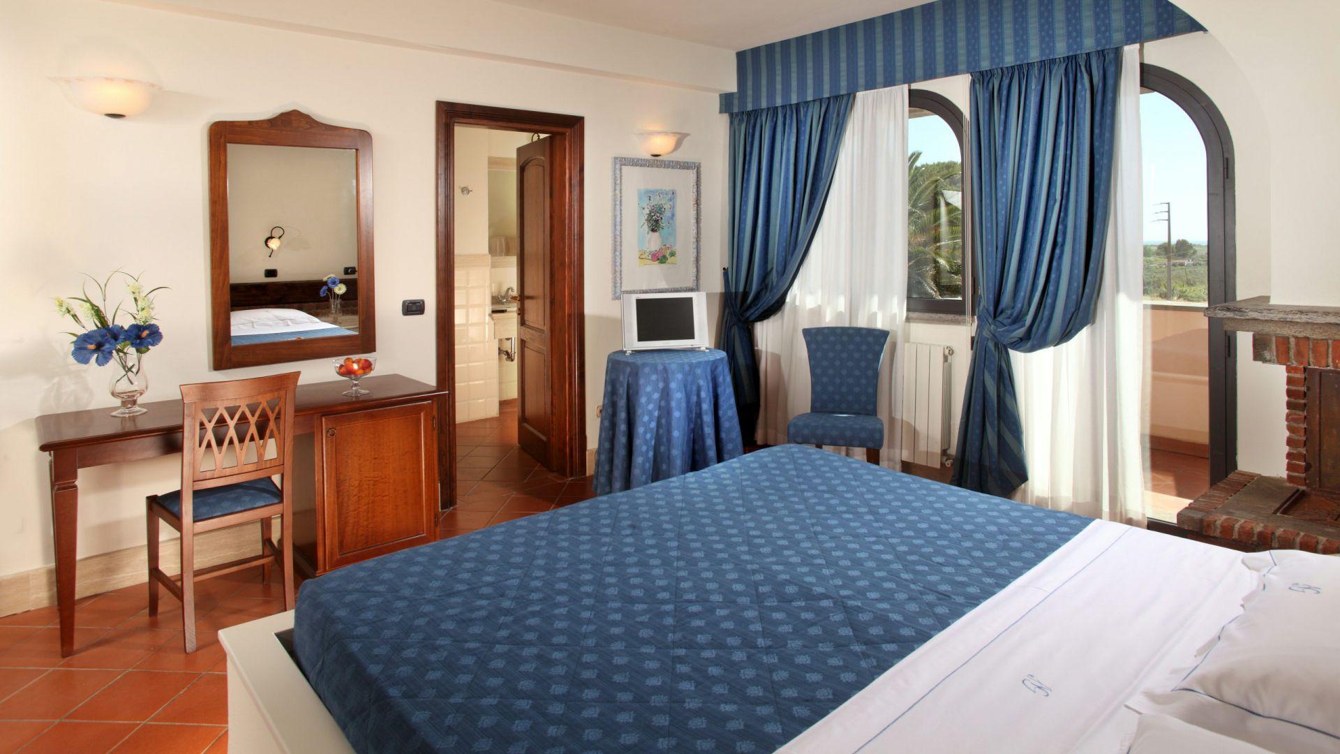 relais-villa-poggio-chiaro-pescia-romana-double-room-terrace-4