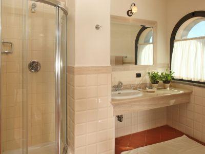 relais-villa-poggio-chiaro-pescia-romana-double-room-bathroom