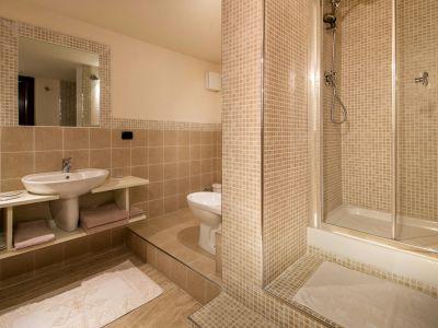 relais-villa-poggio-chiaro-pescia-romana-double-room-economy-bathroom